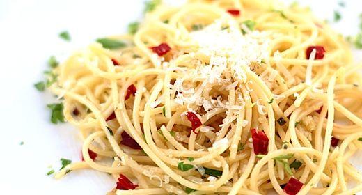 Se anche oggi a pranzo non avete la più pallida idea su cosa cucinare, ecco a voi una ricetta Tipicamente Salentina  facile e veloce da preparare.  SPAGHETTI AGLIO, OLIO E PEPERONCINO  INGREDIENTI: - 500 gr. di Spaghetti - 2 Spicchi d'aglio - 1 Peperoncino sale - Olio extra vergine - Parmigiano