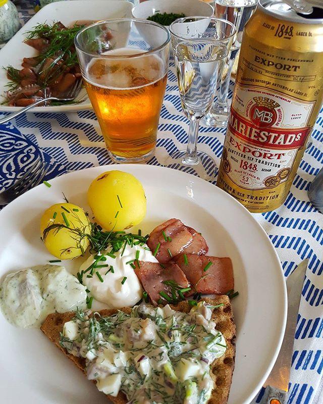Midsommarlunch! ❤ #midsommarlunch #lunch #midsommar #midsummer #sill #nubbe #gubbröra #potatis #knäckebröd #gräddfil #dill