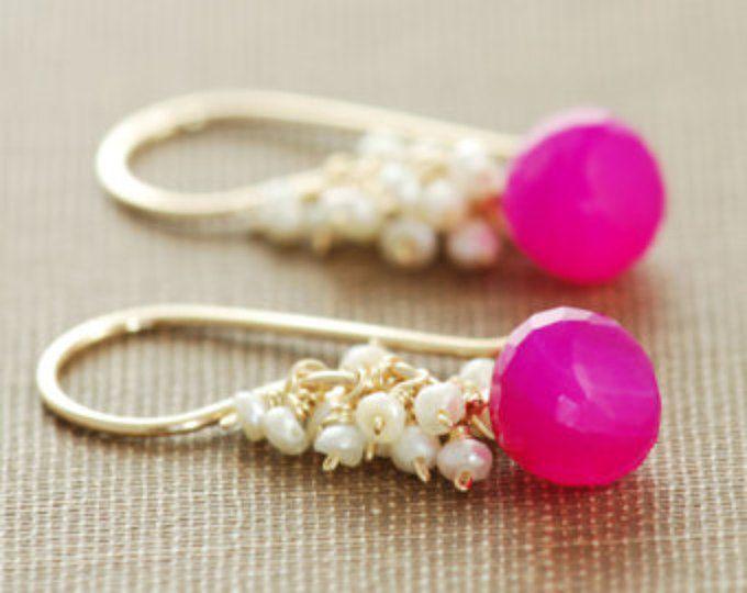 Pendientes de piedras preciosas color de rosa de neón, pendientes de oro con racimos de perlas de semilla