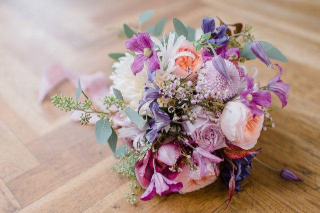 Prachtige heldere kleuren in je bruidsboeket #bloemen #bruiloft #trouwen #bruid #bruidsmeisjes #vriendinnen #bohemian #chic #festival #bruidsboeket #outdoor #buitenbruiloft #wedding #bouquet Vriendinnen momentje: vier jullie vriendschap met een bohemian bridal shoot | ThePerfectWedding.nl | Fotografie: Alexandra Vonk Photography