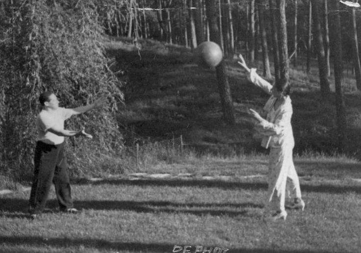Lion Feuchtwanger Papers, 1884-1958 - 	Lion and Marta Feuchtwanger play catch in the yard in front of their house in Berlin, 1932.