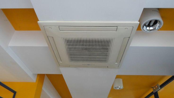 Montaż klimatyzatora kasetonowego w Urzędzie Pocztowym w Pruszkowie