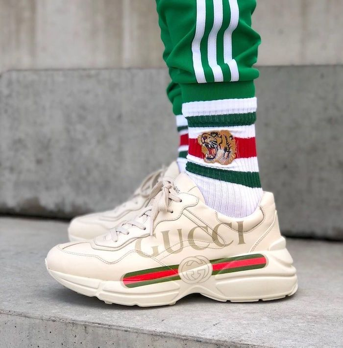 top basket homme 2018 avec Gucci Rhyton beige gros logo chaussettes tigre  gucci et survet adidas vert rétro 0164f27202d