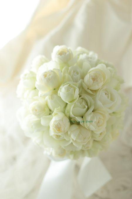 ラウンドブーケ ホテルニューオータニ様へ 白バラでふんわり : 一会 ウエディングの花