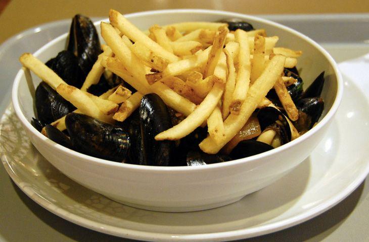 30 главных национальных блюд разных стран мира. Рыба и морепродукты считаются одним из ключевых ингредиентов в бельгийской кухне. Именно с использованием даров моря и готовится популярное национальное блюдо moules frites. В его состав входят два компонента: свежие мидии и второе национальное достояние страны — картофель фри.