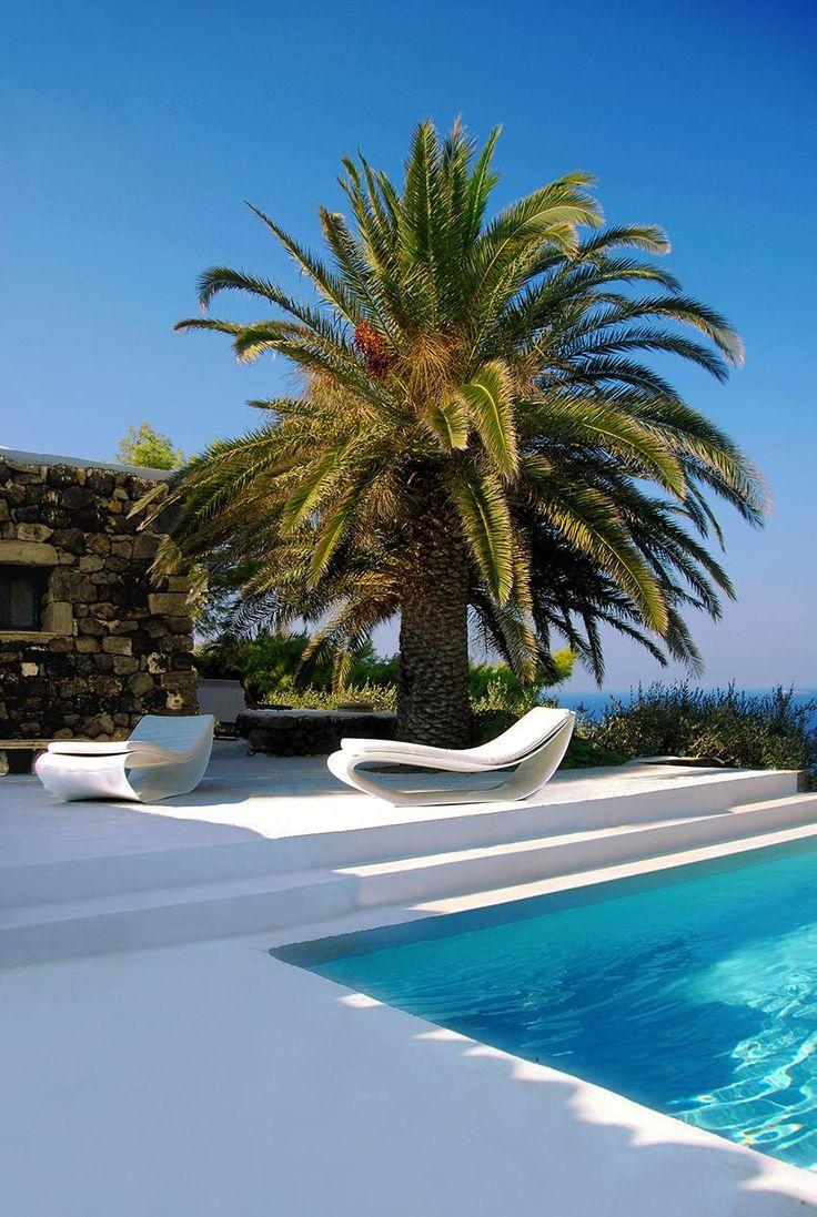 Uno dei più raffinati dammusi dell'Isola, immerso in un antico giardino mediterraneo