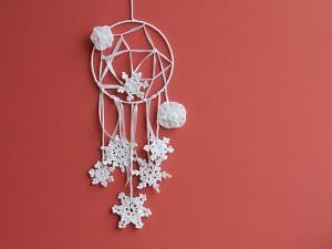 Dreamcatcher blanc avec rubans, flocons et fleurs • Hellocoton.fr