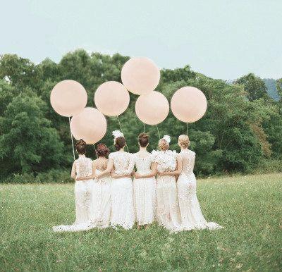 Mooie grote ballonnen op de lente bruiloft. Bijnatrouwen.nl