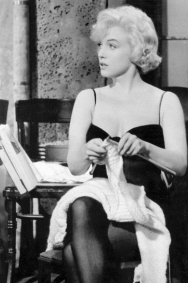 Marilyn Monroe knitting. It's what the best girls do.