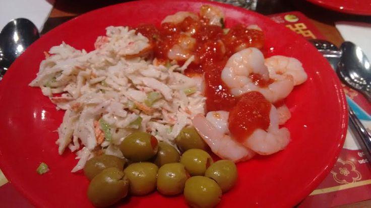 Китайский ресторан - буфет Dragon Pearl.  Салат  из  крабов  и  креветки  двух  сортов  под  острым  соусом.