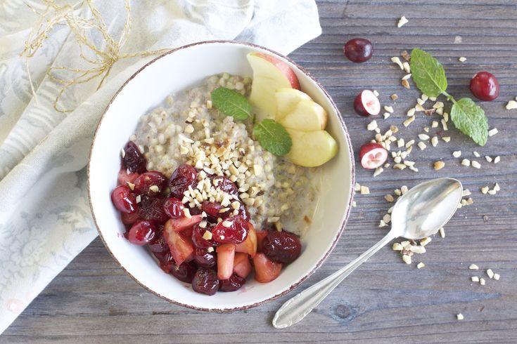 Winterliches Buchweizen-Porridge mit warmer Cranberry-Apfel-Sauce – NaturallyGood