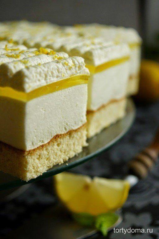 Лимонное пирожное  Ингредиенты:Для бисквита: 3 яйца 120 гр. сахара 75 гр. пшеничной муки 75 гр. крахмала 1/2 ч.л порошка для выпечки семена 1 стручка ванили сок 1 лимона Для крема: 700 мл. натурального густого йогурта 2 упаковки лимонного желе 200 мл. кипятка 1 ст.л. сахарной пудры Верх: 2 лимонных желе 500 мл 30% сливок 2 пакета загустителя для крема 4 столовые ложки сахарной пудры цедра 1 лимона  Взбить яйца с сахаром в пышную и густую массу в конце сбивания, добавить лимонный сок и семена…