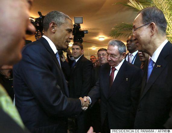 オバマ米大統領と握手を交わすキューバのラウル・カストロ国家評議会議長(パナマ・パナマ市)