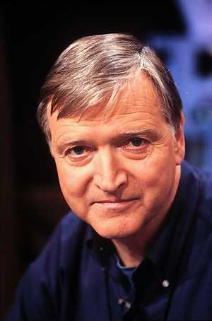 Dit is Karel Eykman, de schrijver van het boek. Deze man verdiende veel geld met zijn boeken. Hij is op 1936 geboren. Hij is dus 79 jaar oud. Hij heeft tot nu toe alleen maar kinderboeken geschreven.