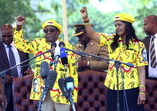 Robeto Mugabe cae su dictadura, bajo arresto domiciliario    Bernardo Jurado analista de opinion y ex capitan de la marina de guerra venezolana, entrevistado por Napoleón Bravo en su programa 24 horas, comentando el caso del dictador de Zimbabue Roberto Mugabe, bajo arresto domiciliario, prepara su dimisión y la salida de Zimbabue su mujer  http://enlamira.net/2017/11/16/robeto-mugabe-cae-su-dictadura-bajo-arresto-domiciliario/