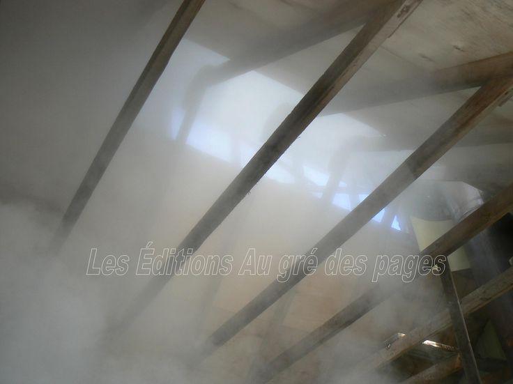 La vapeur d'eau s'échappe par des ouvertures situées en haut de la charpente de la cabane à sucres. Lorsqu'on se promène dans la région à l'époque des sucres (mars en particulier), l'on voit en divers lieux au dessus des collines boisées,  des volutes de cette vapeur s'élevant au dessus des cabanes.