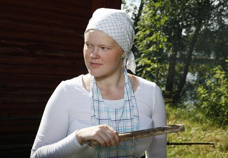 Kynttilöiden valmistus on mukavaa puuhaa kesäpäivänä. Ulkona ei tarvitse varoa steariinin räiskymistä. Oulu (Finland)