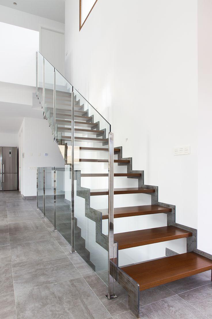 escalera metlica de diseo con peldaos de madera maciza y barandilla de cristal