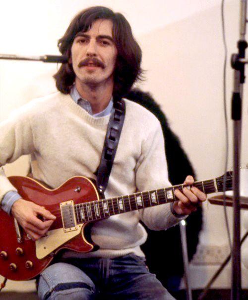 George Harrison met zijn favoriete gitaar, Lucy (een cherry Gibson Les Paul). Een kado van Eric Clapton...