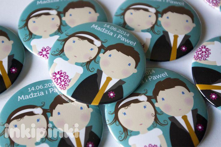 Komplet magnesów z personalizowaną Para Młodą - świetny pomysł na oryginalne podziękowania dla Gości Weselnych! Dostępne w butiku Madame Allure. Madame Allure - 150 szt. magnesy Para Młoda, 56 mm