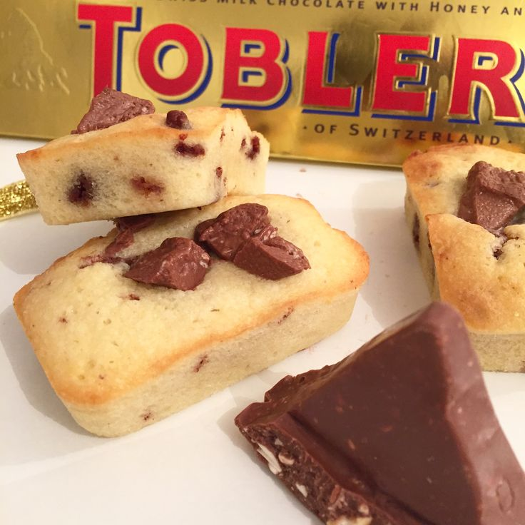 Coucou, Je voulais finir une grosse barre de Toblerone alors j'ai pris de la farine, oeufs, sucre, beurre (la base quoi ;) ) et je me suis dit « un oeuf c'est environ 60 gr! …