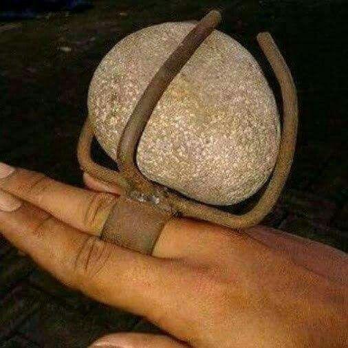 Anello con grossa pietra