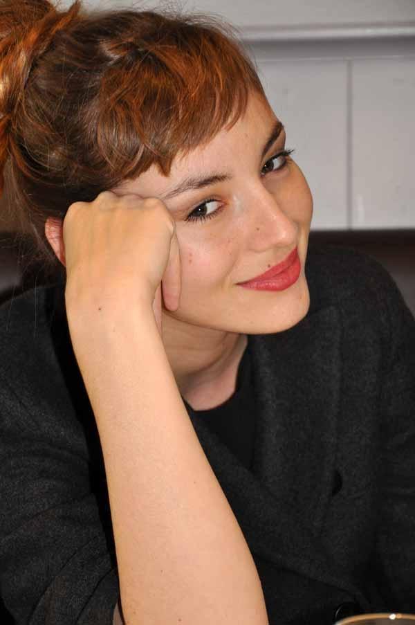Cheveux relevés - Frange courte Louise Bourgoin