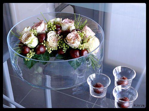 Bloemschikken herfst: bloemstuk met kastanjes en rozen - Paardekastanje of wilde kastanje in bloemstuk herfst verwerken