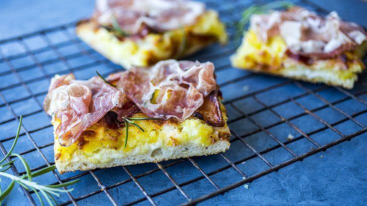 Hjemmelaget focaccia med poteter, bacon og skinke