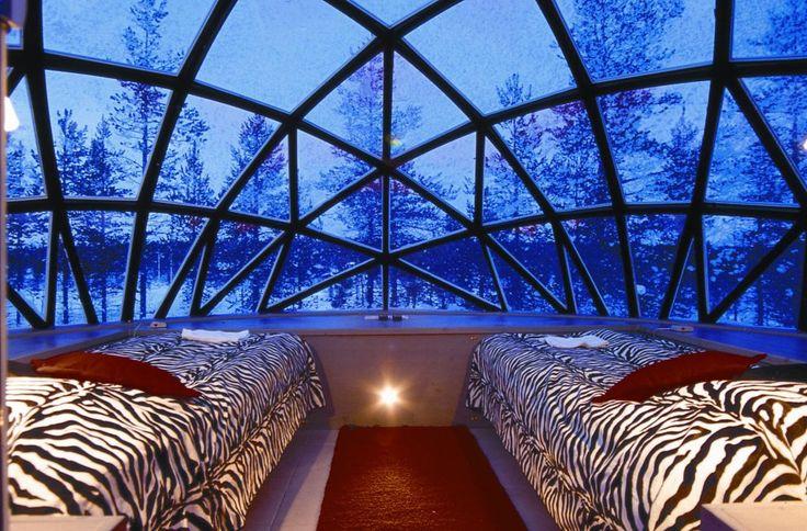 """Hotel Kakslauttanen , Finlandia Esclusivi igloo di vetro per osservare l'aurora boreale  Per restare incantati davanti alle fantastiche luci del nord, l'hotel Kakslauttanen propone una scelta fra igloo futuristici in vetro, i """"tradizionali"""" hotel di ghiaccio e le sistemazioni in baite di legno. Mentre gli igloo di ghiaccio sono una specialità invernale, gli igloo di vetro sono disponibili tutto l'anno. Grazie ad un vetro resistente alle basse temperature, questi igloo mantengono l'interno…"""