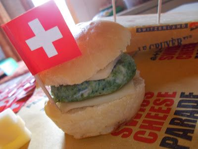 Panini mignon al latte con hamburger di spinaci e Gruyère