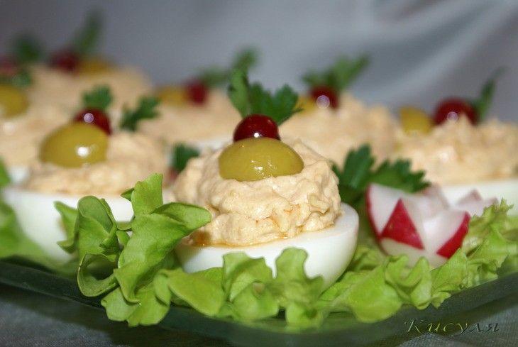 Vajíčka plněná tuňákovou pomazánkou. Chutné a skvěle vypadající předkrm. Dobrou chuť!