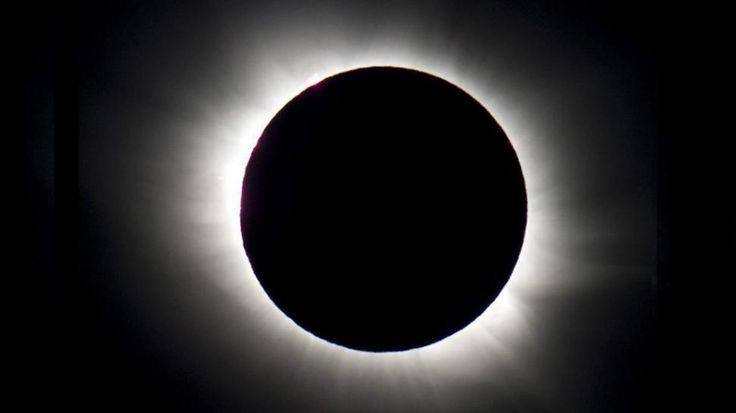 """La luna se """"comió"""" al sol: mirá las increíbles imágenes del eclipse"""