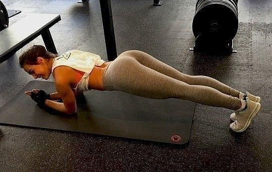ПОЧЕМУ НУЖНО ДЕЛАТЬ ПЛАНКУ ЦЕЛЫЙ МЕСЯЦ?  Планка — прекрасное упражнение для тренировки всего тела. Оно укрепляет мышцы спины, пресса, ног и рук, улучшает гибкость, осанку и чувство равновесия. Это универсальное упражнение можно делать дома или в тренажёрном зале, в отпуске или после работы, утром или вечером, в спортивной экипировке или в пижаме. Делайте планку каждый день всего по несколько минут, и через месяц ваше тело преобразится.  Основы  Самое главное в выполнении этого статического…