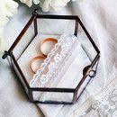 ♥ Das passende Ringkissen für den Höhepunkt der Trauung, ob standesamtlich oder auch kirchlich. Hexagonal Kasten In Glasschatulle mit kupferfarbenem Metallrahmen warten eure Ringe auf den...