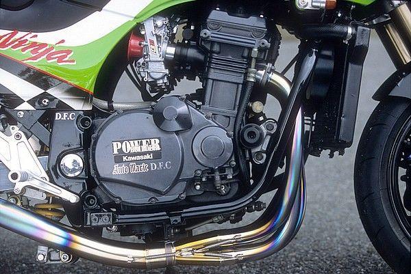 """2000年にさしかかる頃にオートマジックが開発したDFC(Dual Frame Combined Chassis/デュアル・フレーム・コンバイン)シャシーは、カタナやニンジャのカスタムで多く見受けられる""""エンジンの載せ替え""""に関する諸問題を解決する独自の技術だ。"""
