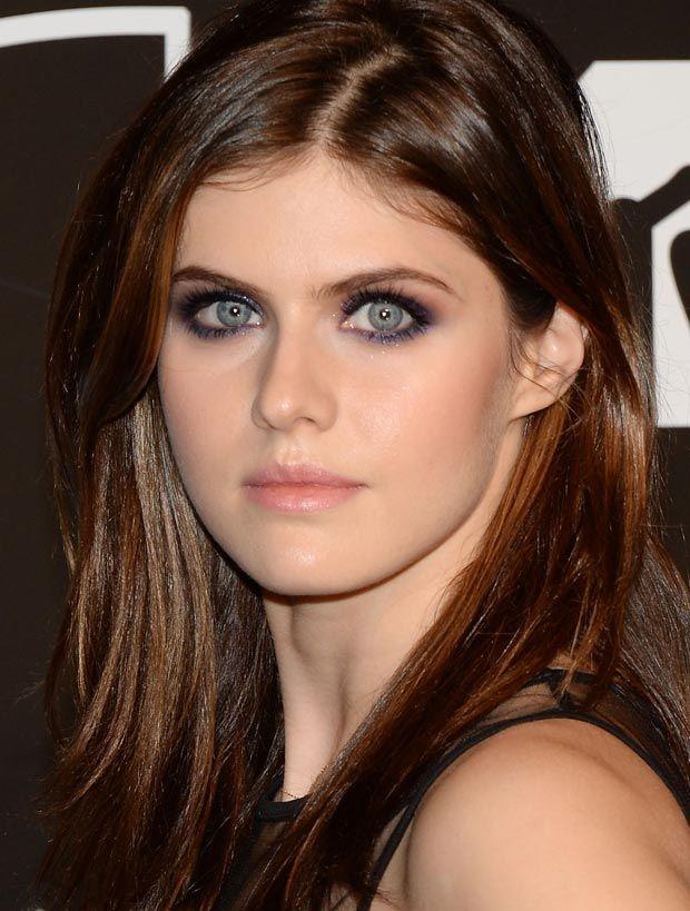 Alexandra Daddario destacou ainda mais seus olhos com preto, marrom e violeta. Nas maçãs blush pêssego e nos lábios um gloss rosinha. Gata!