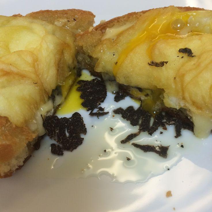 Panecillo con brie, trufa y huevo!