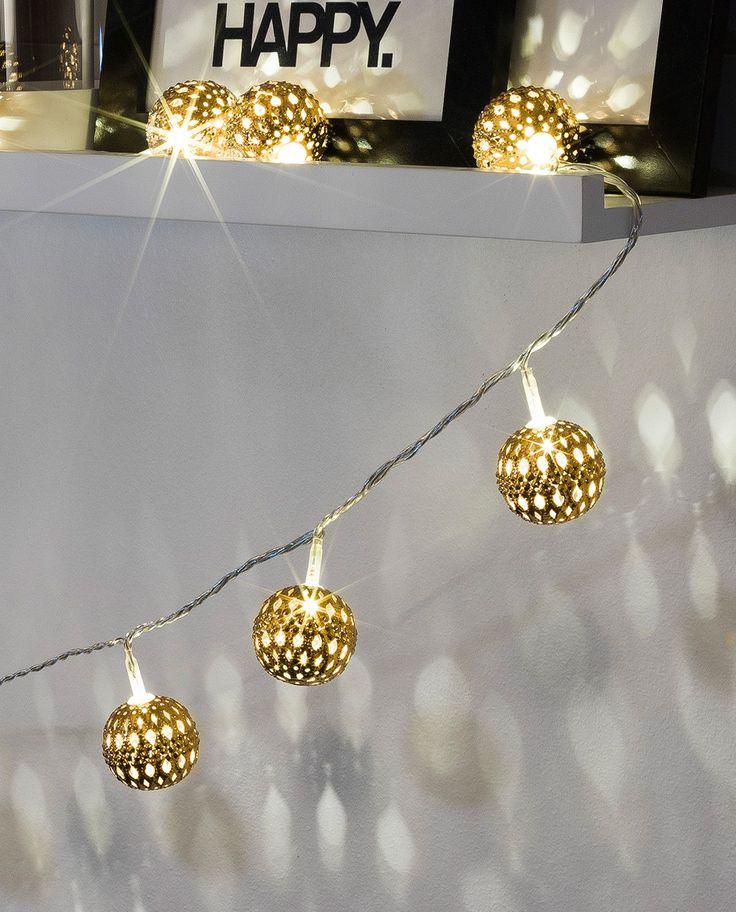 Lysslynge med 24 stk gullfargede metallballer fra Konstsmide. LED lysslyngen gir et varmt og lunt lys og har et utrolig lekkert lysspill.