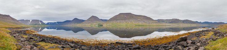 Vista panorâmica do fiorde Dýrafjörður na região dos Fiordes do Oeste, Islândia. Este fiorde está localizado entre Arnarfjörður e Önundarfjörður e tem 9 km de largura por 32 km de comprimento.  Dýrafjörður, Vestfirðir, Islandia, 2014-08-15, DD 037 PAN - Islândia – Wikipédia, a enciclopédia livre