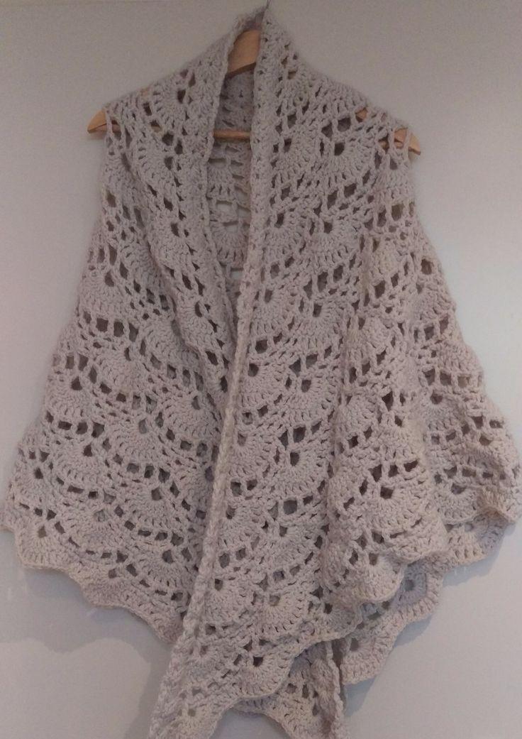 gehaakte omslagdoek zandkleur, gehaakte sjaal. crochet scarf.