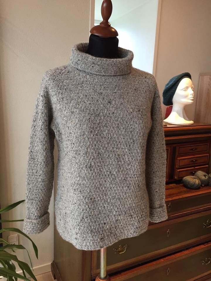 Denne gang er det med lånte fjer, jeg viser jer en ny model strikket i mohair tweed og lambswool. Det er Inger Lise Svinth fra Gjern St...