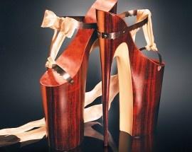 Sandálias de madeira e com salto 20cm?