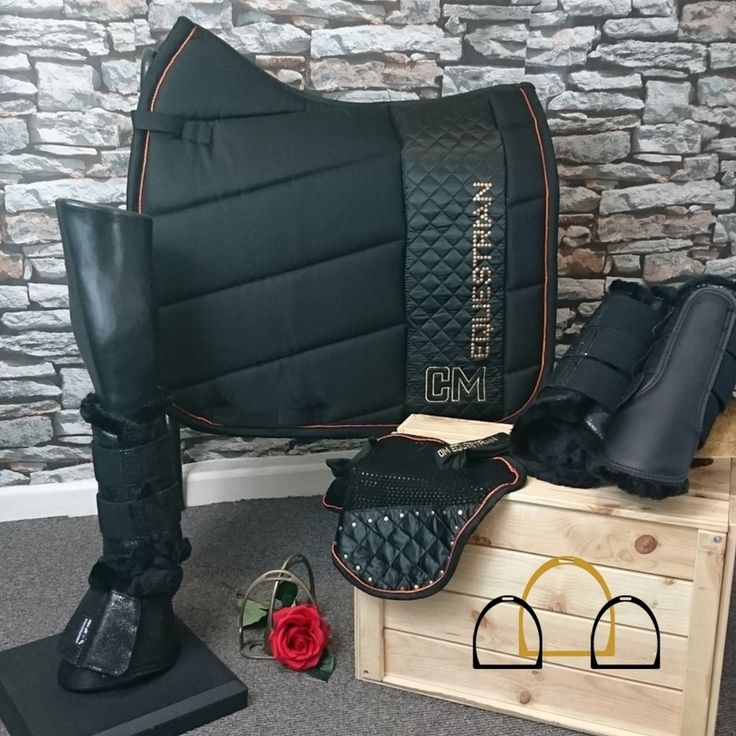 You can't go wrong with black! Suits any horse and looks amazing on! Stand out with this subtle Cavallino Marino matchy-set, including saddle cloth,  two pairs of brushing boots, overreach boots and a free fly veil! #LoftyEquestrian #matchyset #numnah
