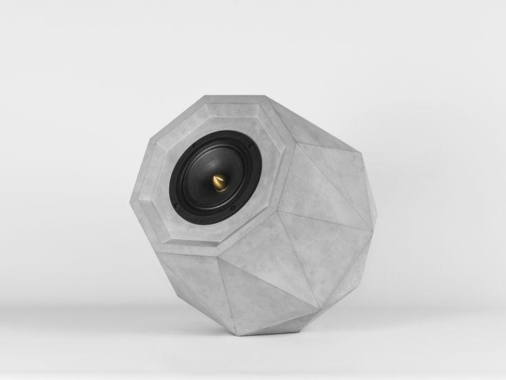 Dieser Lautsprecher besticht nicht nur durch seine ausgefallene Diamantform, sondern auch durch seinen Klangkörper aus Beton. VALKYRIE wird in einem Stück gegossen und besitzt dadurch ähnlich wie ein Fingerabdruck eine unverwechselbare Oberflächenstruktur.