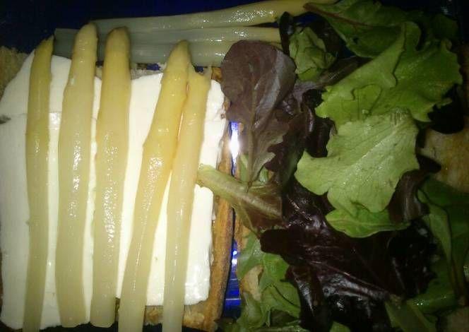 Bocadillo de queso fresco, lechuga y esparragos