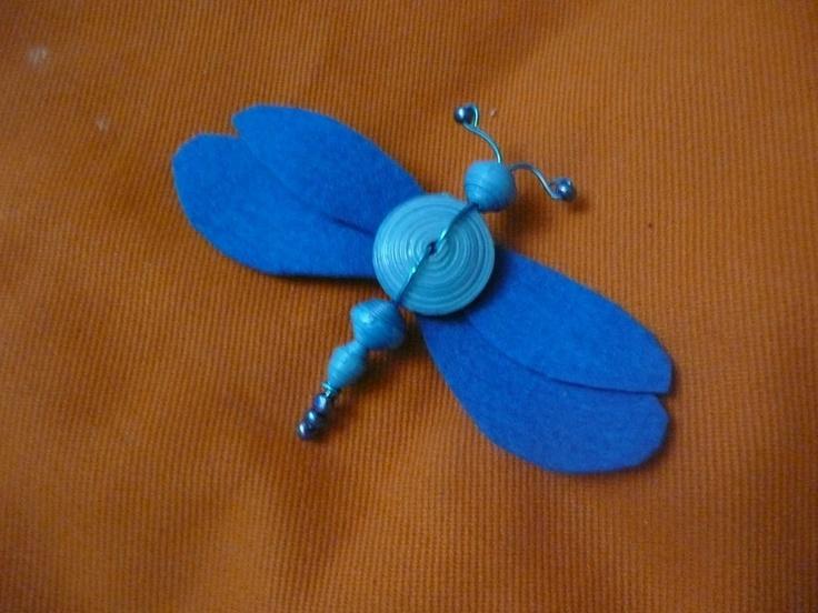 broche-libélula azul, fieltro y cuentas de papel