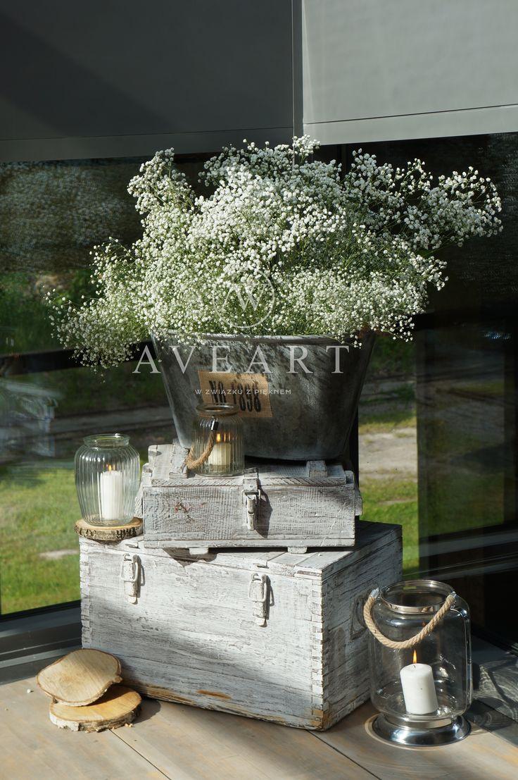 Dekoracje ślubne z gipsówką w tle... Jutowe obrusy, metalowe balie, drewniane beczki, stare patynowane skrzynie to charakterystyczne elementy dla tej scenografii ...
