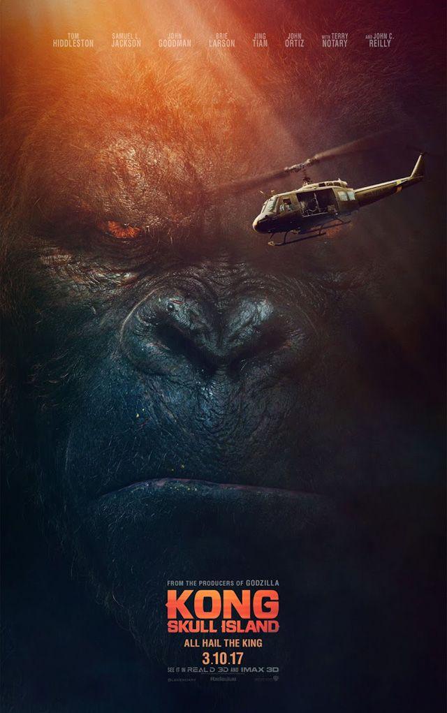 「アベンジャーズ」「クリムゾン・ピーク」などのトム・ヒドルストンが主演する映画「キングコング:髑髏島の巨神」から、巨大なキングコングの姿が描かれたポスター2枚が公開。さらに新たな予告編も披露された。