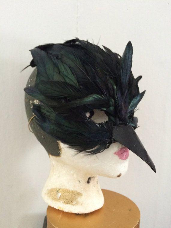 schwarzer Rabe oder Krähe Maske hergestellt aus Papier Mach Basis und schwarzen Federn. Diese Maske hat eine elastisches Band, die es an Ihrem Platz hält. Bitte Nachricht an mich mit Fragen oder individuelle Wünsche. Weil es Hand habe die Maske kann sehr leicht im Detail.